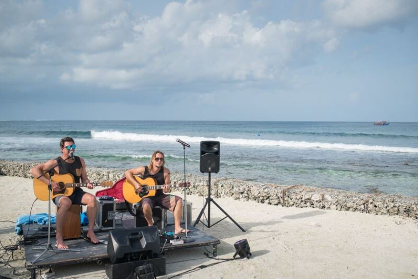 Pete Murray literally playing on the beach at Kandooma in 2016. – Photo sproutdaily.com