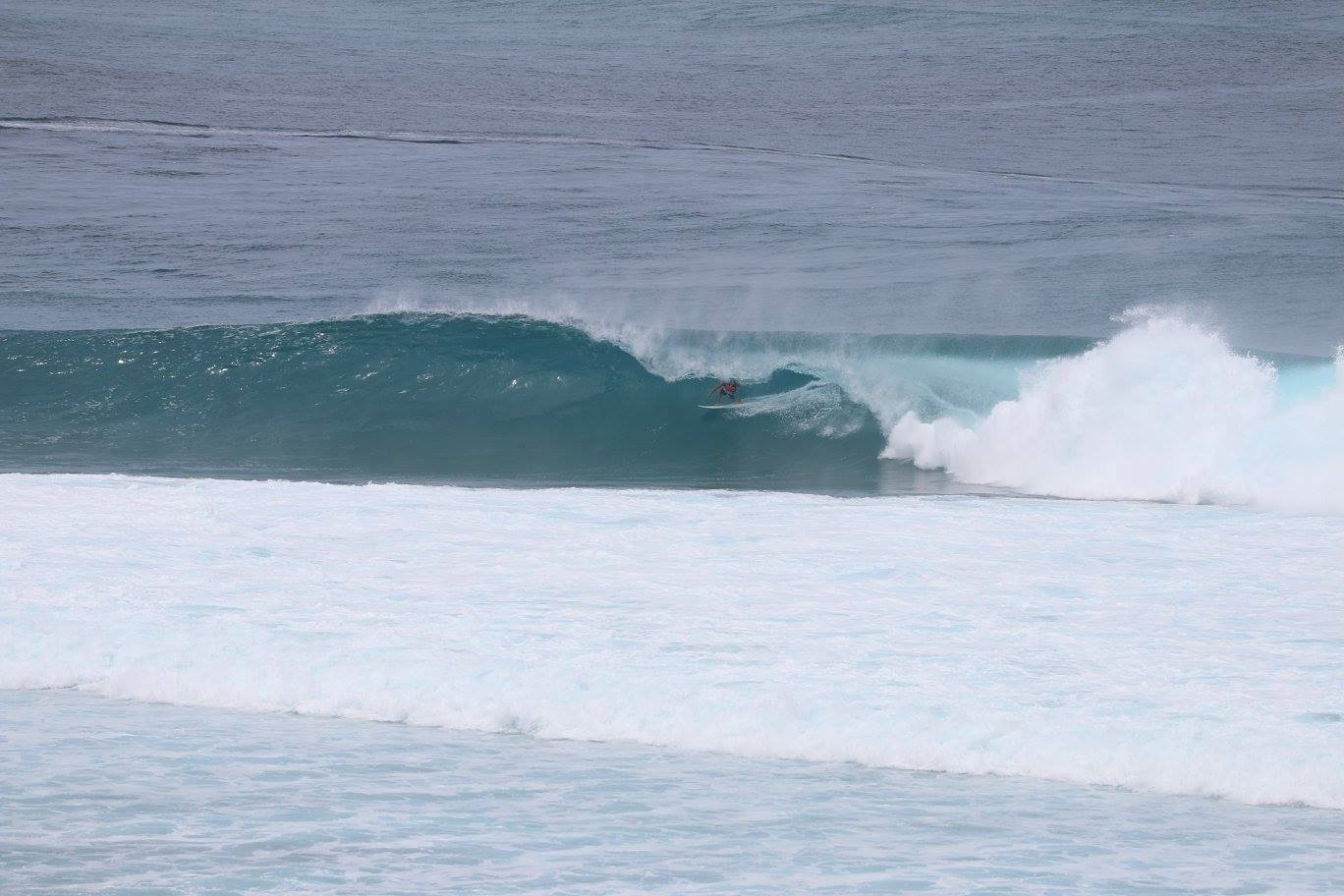 Double overhead tube time at Cokes. – Photo TPW.